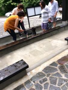 足湯歩行。足湯にビックリの子もいましたよ