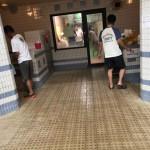 左右にシャワーブースがあってプール後はシャンプー出来ます